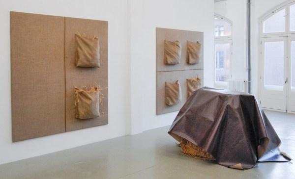 Klaas Kloosterboer - 16167 & 16164 - 205x205cm Jute en stro & 16169 - 110x230x200cm Lak op linnen en hooibalen