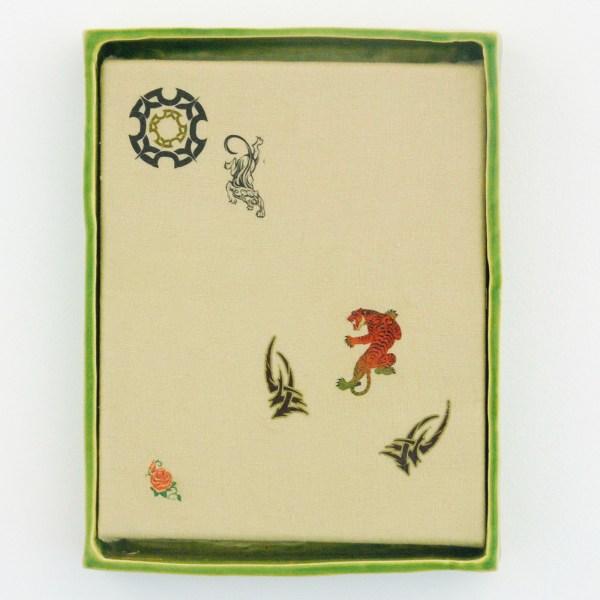 Stephanie Hier - Looking for the Off Switch - 22x29x3cm Tijdelijks tattoo op linen in geglazuurd aardewerken lijst