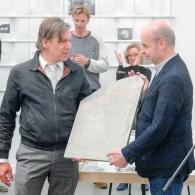 En dan was er dus nog die andere prijs in Rotterdam. De MK Award,vernoemd naar galeriehouders Emmo Grofsmid (1951-2011) en Karmin Kartowikromo (1948-2011) van de MK Galerie.De prijs focust zich […]