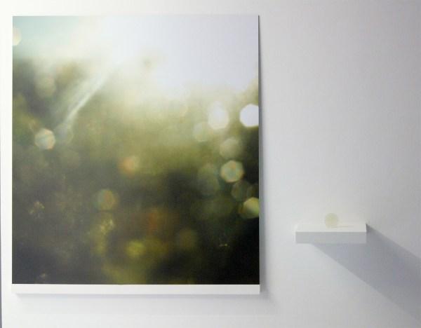 Oscar Santillan - Solaris (8AM) - 100x120cm, Inkjetprint & 6cm, Lens van woestijn zand