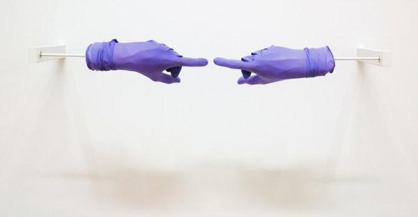 Anri Sala - Title Suspended - Kunsthars, rubber handschoenen en electrische motor