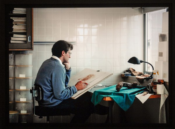 Jeff Wall - Adrian Walker, artist, drwaing from a specimen in a laboratory in the Departement of Anatomy at the University of Britisch Columbia, Vancouver - Cibachrome dia in aluminium kast