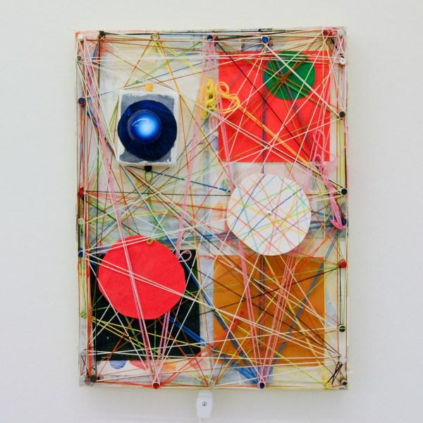 Austin Eddy - Webs, Wires, Weekends - 40x30cm, Papier, hars, draad, textiel, punaises, olieverf, acrylverf, licht en klokmotortje