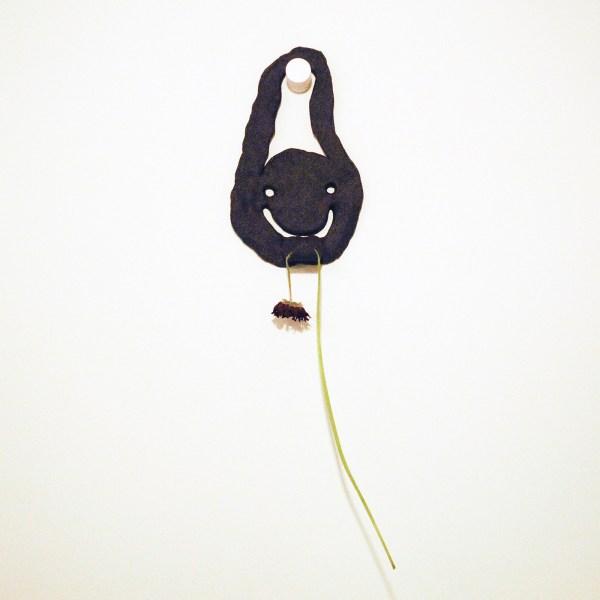 Bridget Mullen - Loop - 51x19x9cm Gebakken klei en een bloem