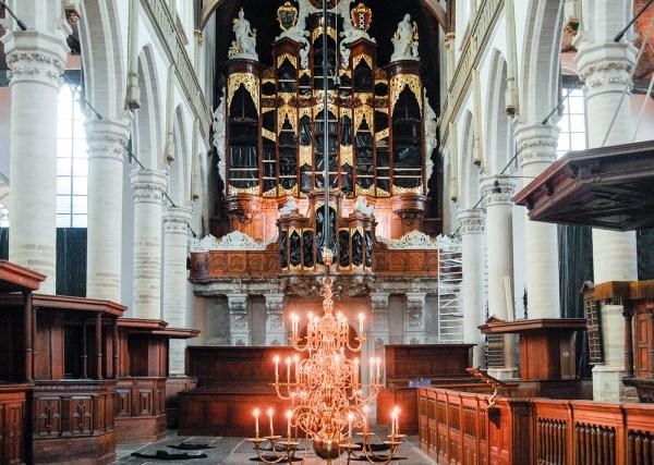 Christian Boltanski - (onbekende titel) - Laag gehangen lampen, ingreep