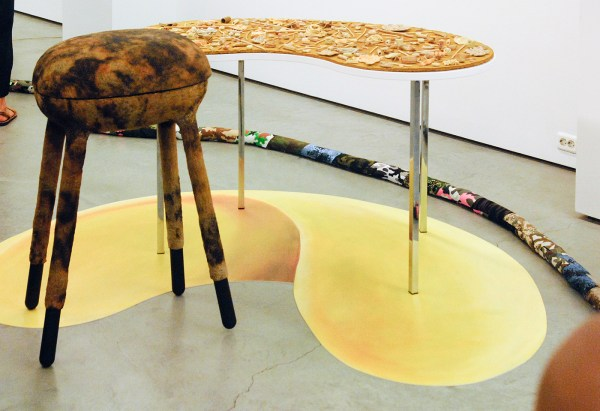 Tegenboschvanvreden - Ana Navas - BBQ - 54x95x42cm Grill en papier mache & Noodles - 83x140x70cm Keramiek, papier mache, staal, hout, vinyl en acrylverf