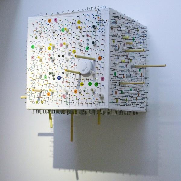 Delano Berendsen - Untitled - 80x80x80cm Hout, plastic, schroeven en verf