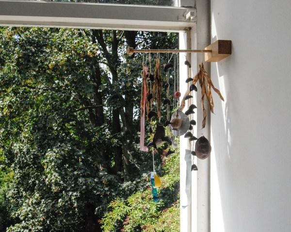 Marijn van Kreij - Untitled (Not much is thrown away becasue there really is no place to throw it, The Joy of Life) - Wind gong van divers gevonden materiaal