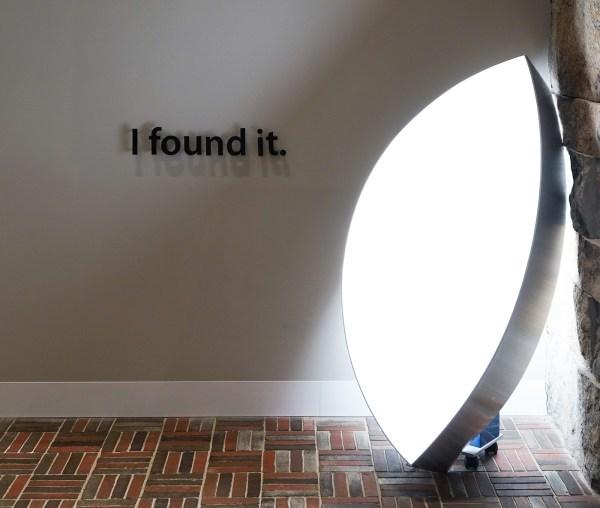 Robart Barta - I Found it - Acrylglas, roestvrijstaal en gloeilampen