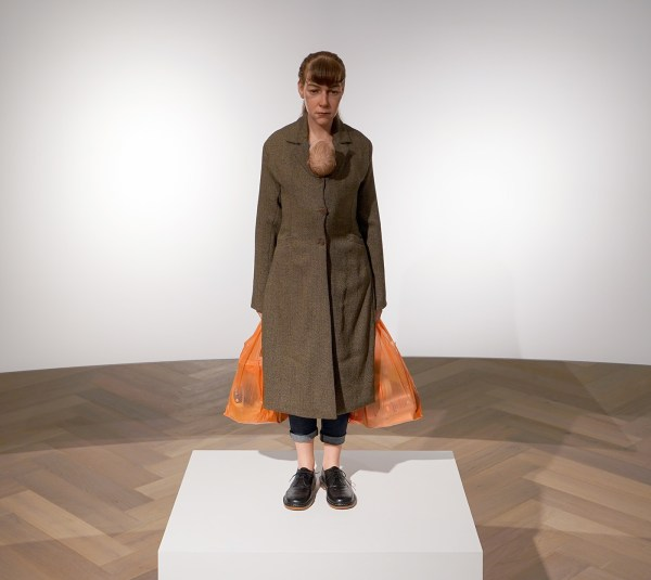 Ron Mueck - Woman with shopping bags - Mixed media