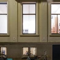 Op dit moment staat midden in de galerie van Phoebus een tafel. Op het eerste gezicht een heel degelijke tafel alsof deze gemaakt is voor de galerie. Zacht afgewerkt en […]