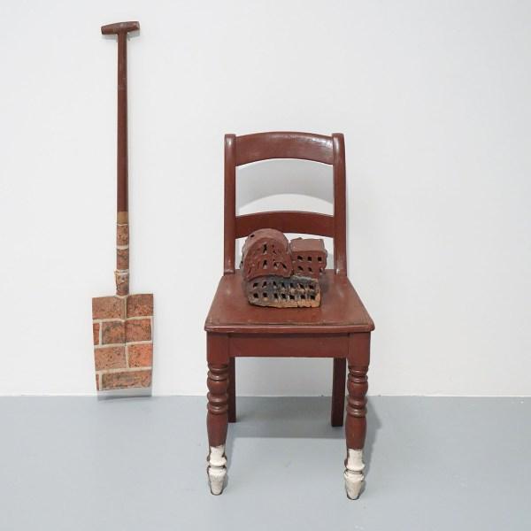 Marcel Broodthaers - Chaise, briques et pelle - Stoel, baksteen, hout, metaal en papier