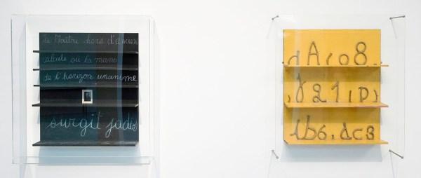 Marcel Broodthaers - Le Maitre hors d'anciens calculs - Beschilderd wandrek met hout. krijt en portretfoto & Etagere Jaune avex lettres de l'alphabet, chiffres en terre glaise - Wandrek van hout, verf en klei