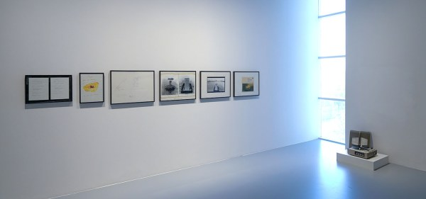 Marcel Broodthaers - Project pour un musee sur une Ile Deserte, Ile du Musee - 2 tekeningen, 2 fotografische montages met handgeschreven aantekeningen, platenhoes van Richard Wagners Das Rheingold, LP-speler, twee oorspronkelijke getypte legendes