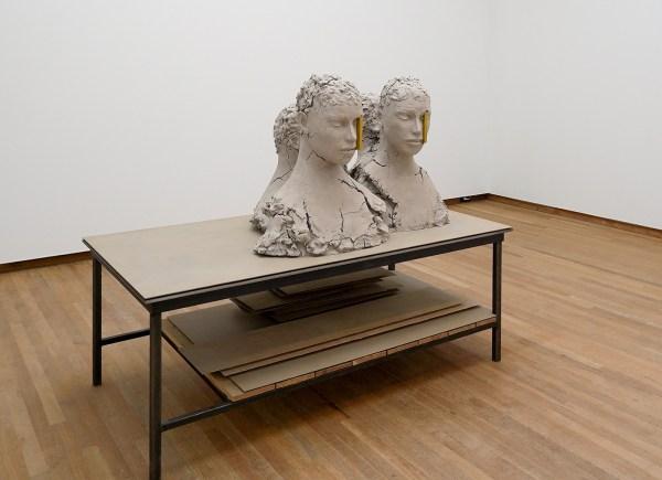 Mark Manders - Working Table - Beschilderd brons, beschilderd ijzer, beschilderd hout en ijzer