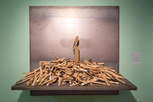 Radcliffe Baily - Nest - 203x203x76cm Pianotoesten, opgezette vogel en staal, 2012