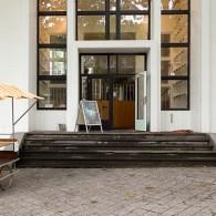 Je voelt het al als je arriveert bij de Van Eyck. Als allereerste, nog voor je een voet binnen hebt gezet bij de Open Studio's, gapen de stukjes boterkoek je […]