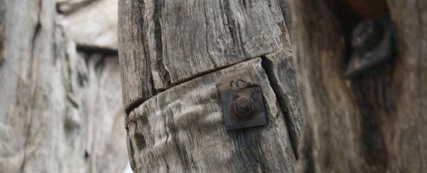 Ai Weiwei - Tree #2 - Stukken boom dat op Chinese wijze aan elkaar bevestigd is (detail)
