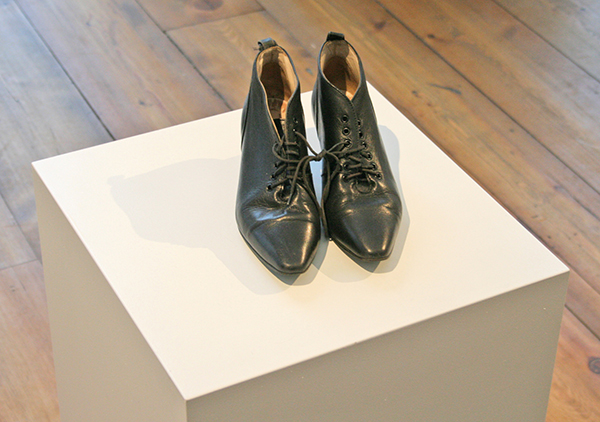 Alison Knowles - Shoes of Your Choise for Wies 1962 - Verschillende materialen 2013 'I am honored to be in your shoe Bourgeois Leftovers'