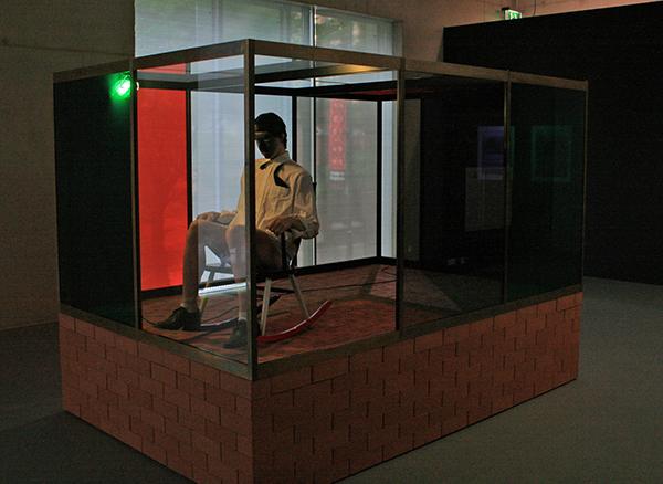 Andro Wekua - Wait to Wait - Was, textiel, aluminium, glas bakstenen en motor