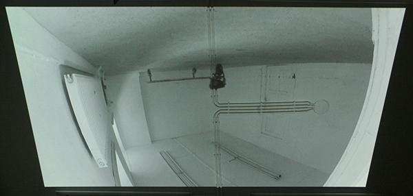Arek Laskowski - Circle - IJzer, motor en wielen (filmprojectie op plafond)