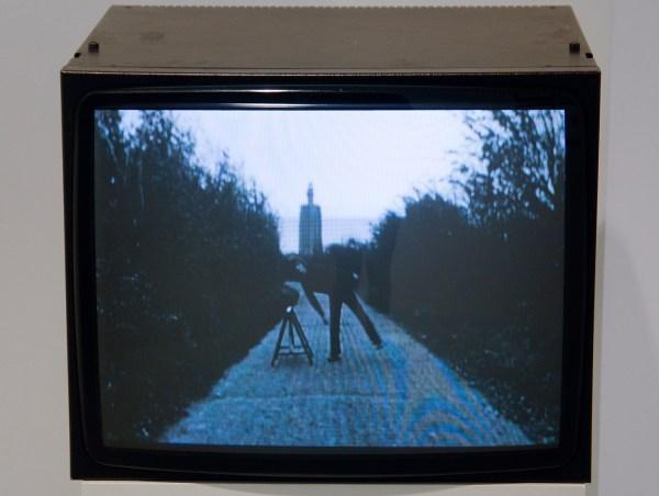 Bas Jan Ader - Broken Fall (Geometric), Westkapelle, Holland - 1,49minuten, 16mmfilm (op DVD), 1971