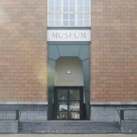 Als het museum een mausoleum is, een sarcofaag van het verleden, wat is dan de noodzaak van het bestaan ervan? Niet zo zeer in functionele zin, het bewaren van kunstvoorwerpen, […]