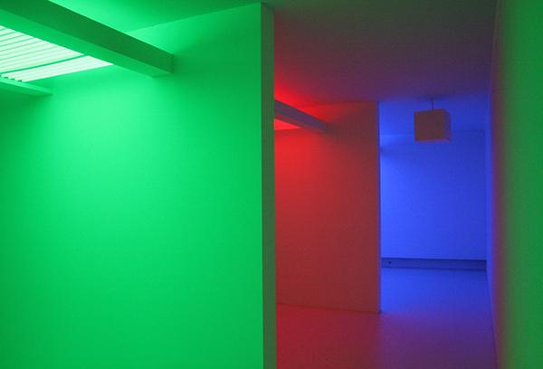 Carlos Cruz-Diez - Chromosaturation - TL-lichten, kleurfilters en acrylverf op muur