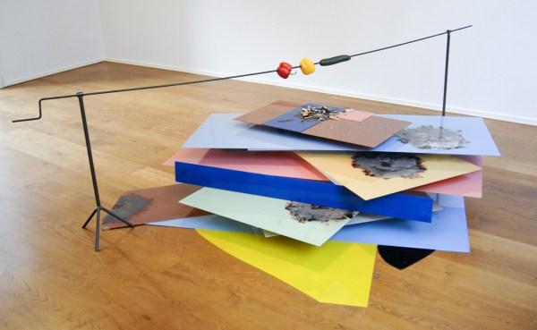 Carolin Eidner - Untitled (Party Delay 2) - 110x250x320cm Keramike, verf, piepschuim, metaal, brandend hout en groentes
