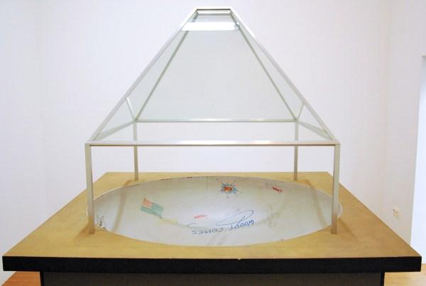 Dan Graham - Model for Skateboard Pavilion - Doorkijkspiegelglas, aluminium, polyester, hout, zaagsel en lijm