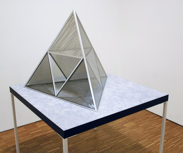 Dan Graham - Untitled - Doorkijk-spiegelglas, aluminium, cellulose en MDF
