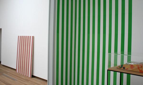 Daniel Buren - Peinture sur toile & papier colle blanc et vert - Verf op markieslinnen op spieraam en behangpapier