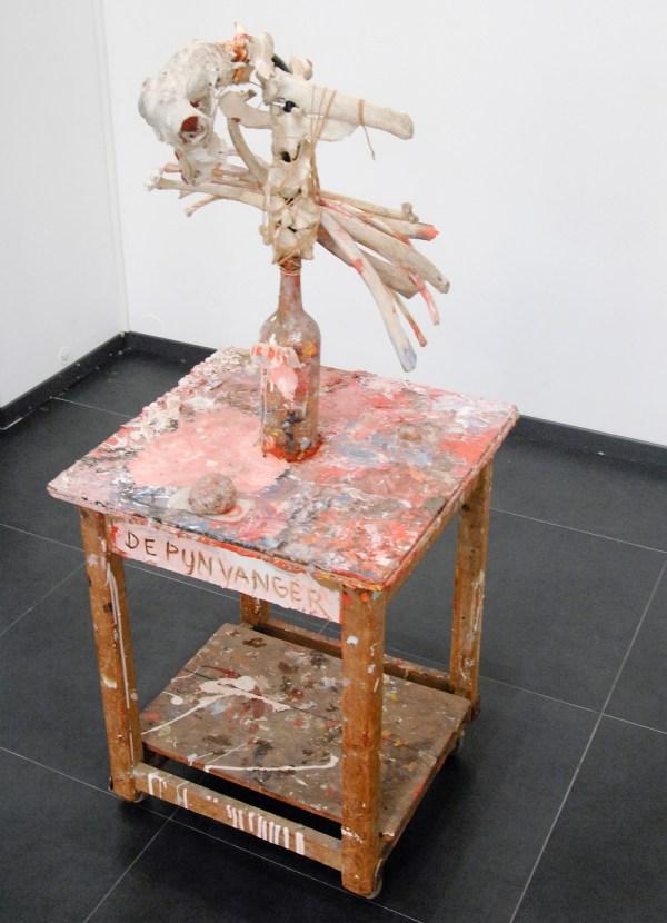 Harmen Verbrugge - De Pijnvanger - 135x60x60cm Tafel, fles, botten, touw en verf