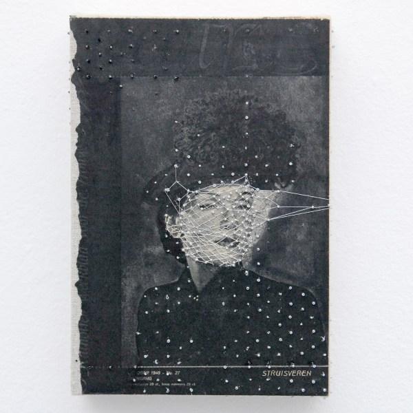Hinke Schreuders - Works on paper #46 (Struisveren) - Garen, kralen en papier op doek