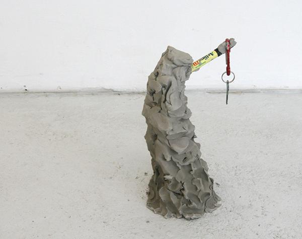 Ilja Karilampi - Renoud - Portret, antraciet grijze rivier klei, klimsleutelhanger en sleutel