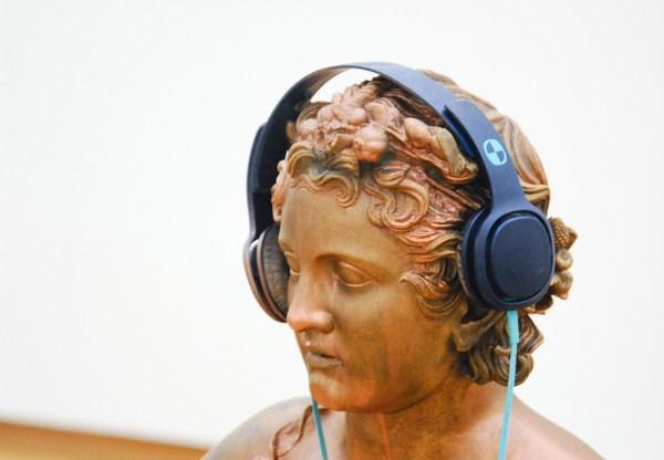 Isa Genzken - Untitled - Bronzen sculptuur, hoofdtelefoon en CD-speler (detail)