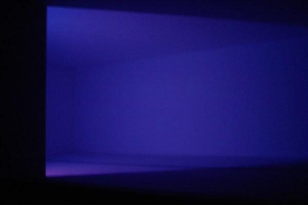 James Turrell - Wedgework III - Installatie met fluoriserend licht
