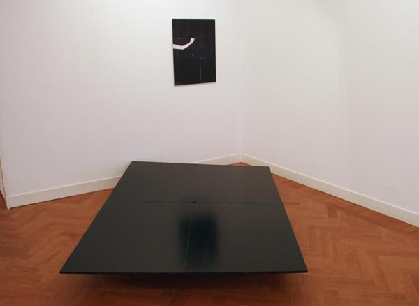 Jan Adriaans - Touch, hand in latex glove - 77x60cm en houten podium met gat er in