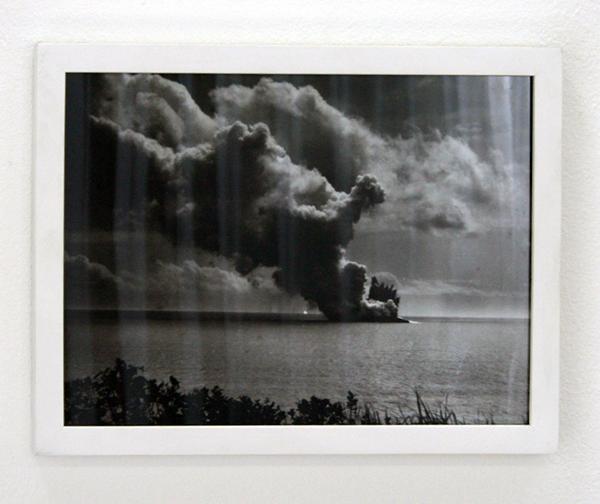 Jason Hendrik Hansma - Behin Low Clouds - 13minuten, Zijde, jute, ingelijste Lambda print, jasmijnbloem, keramiek, voile en audio