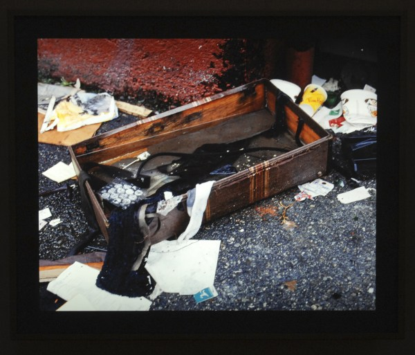 Jeff Wall - Rainfilled Suitcase - Dia in lichtbak 2001