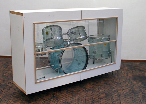 Joris van de Moortel - Hit the Snare, Don't You Dare (#3 of 3) - 100x200x50cm Hout, plexiglas en drumkit