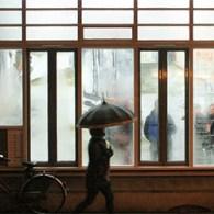 Het regent vandaag. De hele dag eigenlijk al, maar toen ik richting Kunstpodium T wilde fietsen kwam het met bakken uit de lucht. Ook even wachten haalt niets uit, de […]