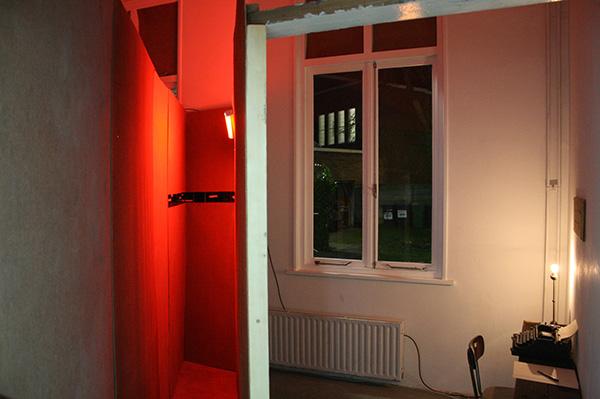 Lianne Rued - Internals - Installatie, hout, met stift bewerkte foto's