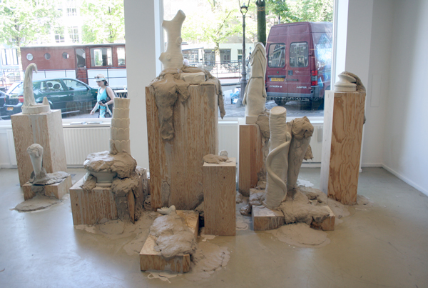 Lorenzo Quintanilla - Interim Phase - Keramiek, klei en hout 500x450x260cm