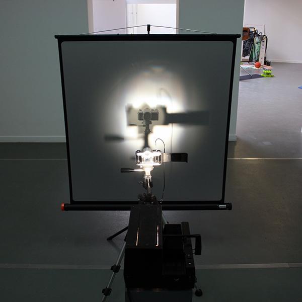 Lucian Wester - Camera Projectie - Camera op statief, lichtbron