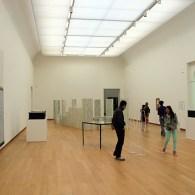 Als je binnen komt in de zaal, boven aan de bekende trap van het Stedelijk, hangt er direct rechts een prikbord met een A4tje. Op dat A4tje is een tekst […]