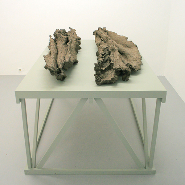 Maartje Korstanje - Untitled - Gebakken klei op stellage van hout