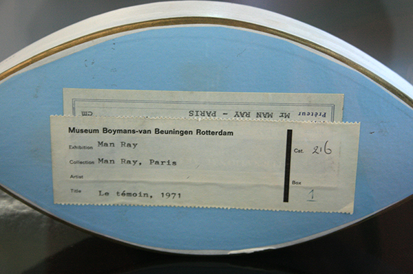 Man Ray - Le Temoin (The Witness) - Karton, MDF, lakverf en glas (detail)