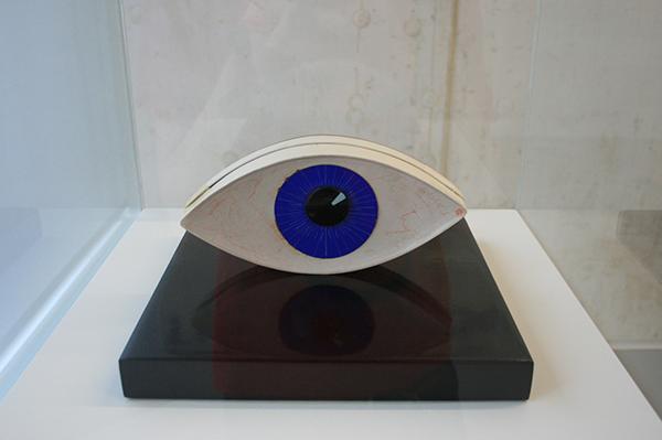 Man Ray - Le Temoin (The Witness) - Karton, MDF, lakverf en glas