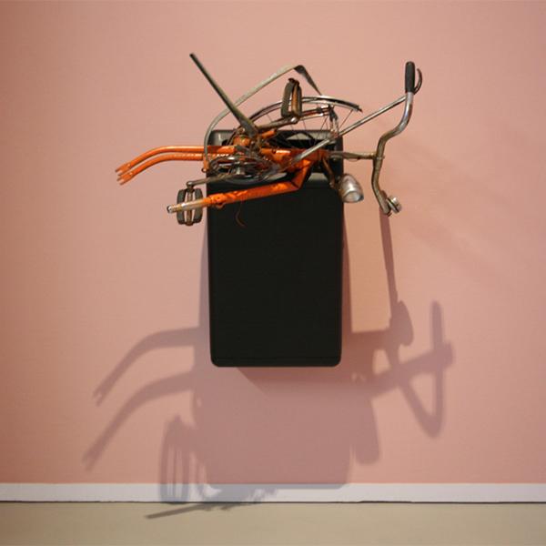 Marc Bijl - Compositie met fiets en afvalbak